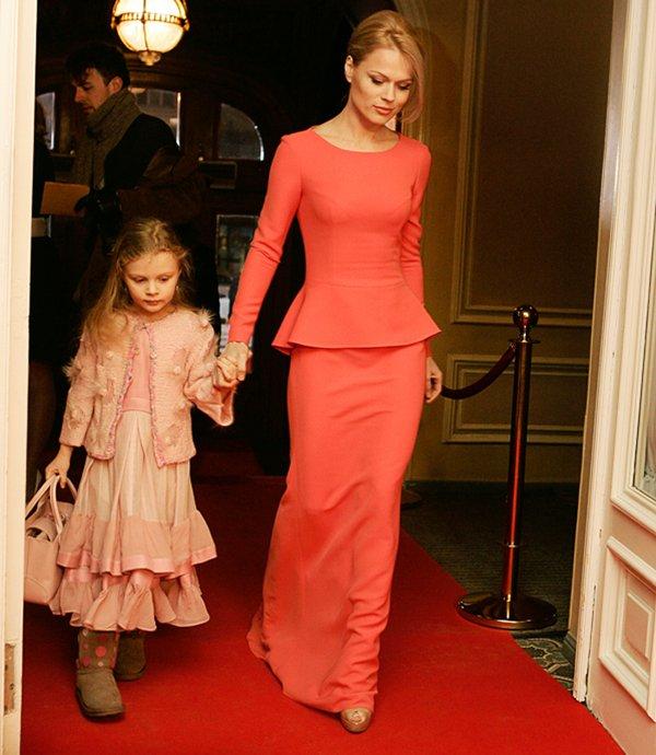 9494769122d Ольга Фреймут в красном платье с дочерью Златой