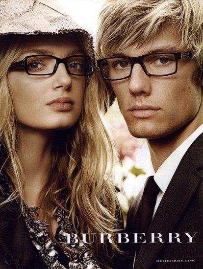 Лили Дональдсон и Алекс Петтифер в рекламе Burberry b9503202bbd