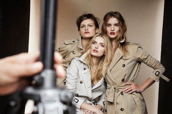 Рози Хантингтон-Уайтли, Нина Портер и Лили Дональдсон в рекламе Burberry 68351746ddf